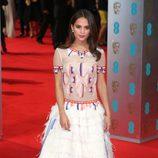 Alicia Vikander con un vestido étnico en la alfombra roja de los BAFTA 2014