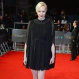 Gwendoline Christie con un vestido negro en la alfombra roja de los BAFTA 2014