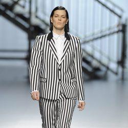 Bimba Bosé con un traje de rayas de la colección otoño/invierno 2014/2015 de Davidelfin en Madrid Fashion Week