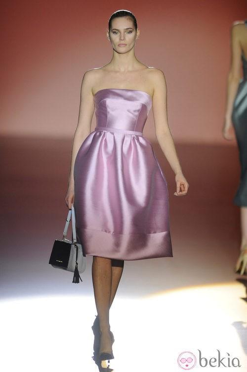 Vestido rosa de la colección otoño/invierno 2014/2015 de Hannibal Laguna en Madrid Fashion Week
