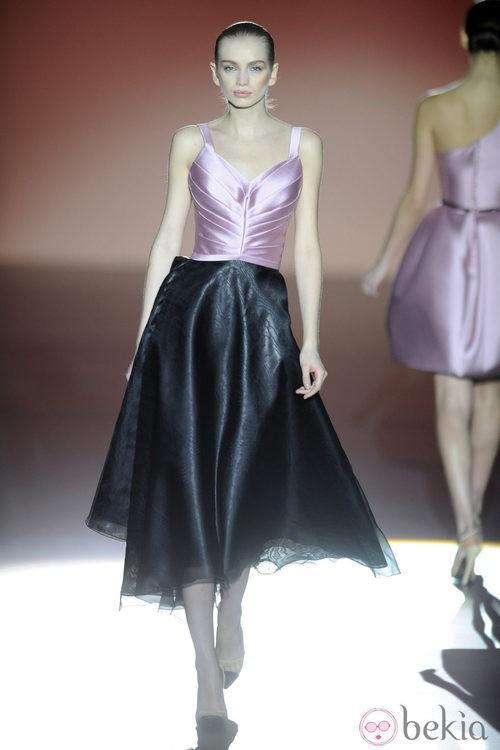 Vestido negro y rosa de la colección otoño/invierno 2014/2015 de Hannibal Laguna en Madrid Fashion Week