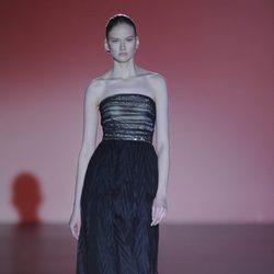 Vestido negro de la colección otoño/invierno 2014/2015 de Hannibal Laguna en Madrid Fashion Week