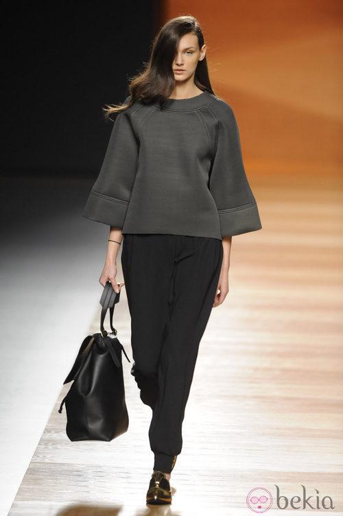 Look de neopreno de la colección otoño/invierno 2014/2015 de Juanjo Oliva en Madrid Fashion Week