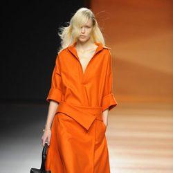 Vestido naranja de la colección otoño/invierno 2014/2015 de Juanjo Oliva en Madrid Fashion Week
