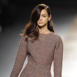 Traje marrón de la colección otoño/invierno 2014/2015 de Juanjo Oliva en Madrid Fashion Week