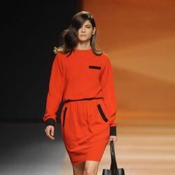 Vestido rojo de la colección otoño/invierno 2014/2015 de Juanjo Oliva en Madrid Fashion Week
