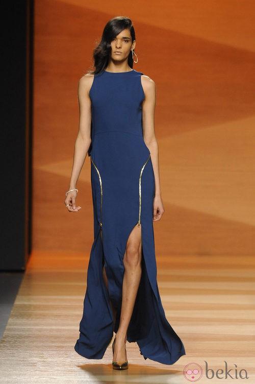 Vestido azul de la colección otoño/invierno 2014/2015 de Juanjo Oliva en Madrid Fashion Week