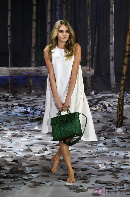 Cara Delevingne con uno de sus bolsos diseñados para Mulberry