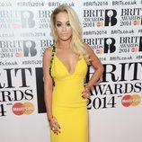 Rita Ora con un vestido de Prada en la alfombra roja de los Brit Awards 2014