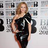 Kylie Minogue con un vestido de William Wilde en la alfombra roja de los Brit Awards 2014