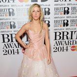 Ellie Goulding con un vestido de Vivienne Westwood en la alfombra roja de los Brit Awards 2014