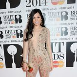 Jessie J con un jumpsuit de Julien Macdonald en la alfombra roja de los Brit Awards 2014