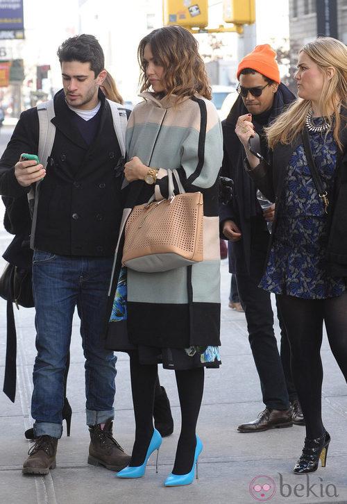 Jessica Alba con abrigo de rayas y zapatos azules en Nueva York