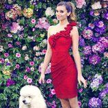 Norma Ruiz con un vestido asimétrico rojo de la colección primavera/verano 2014