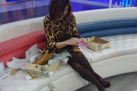 Ana Rosa Quintana envolviendo unas botas customizadas de Panama Jack