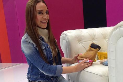 Mónica Naranjo customizando unas botas de Panama Jack
