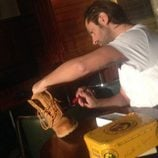 Rafael Amargo firmando unas botas de Panama Jack