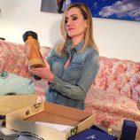 Clara Courel observando unas botas de Panama Jack