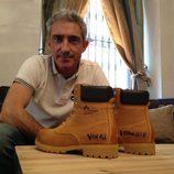 Jon Sistiaga posando con unas botas de Panama Jack