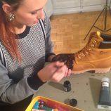 Mayte de la Iglesia customizando unas botas de Panama Jack