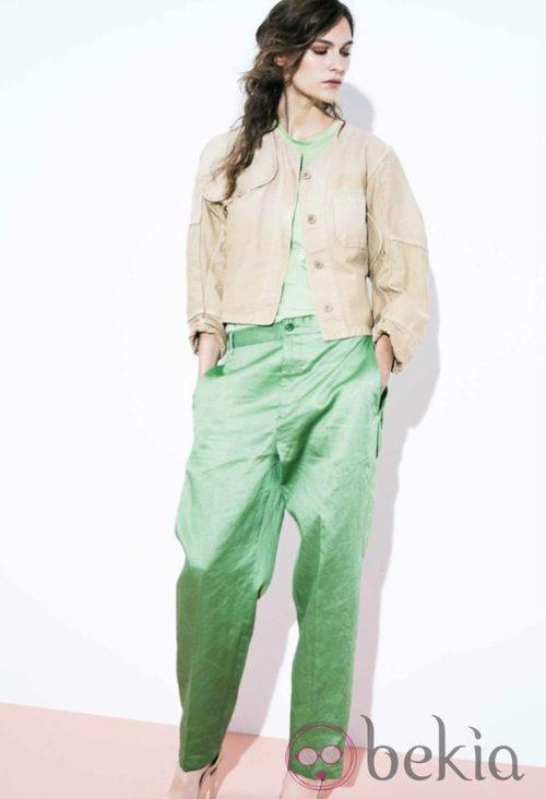 Pantalón oversize verde pastel y chaqueta arena de la colección primavera/verano 2014 de Closed
