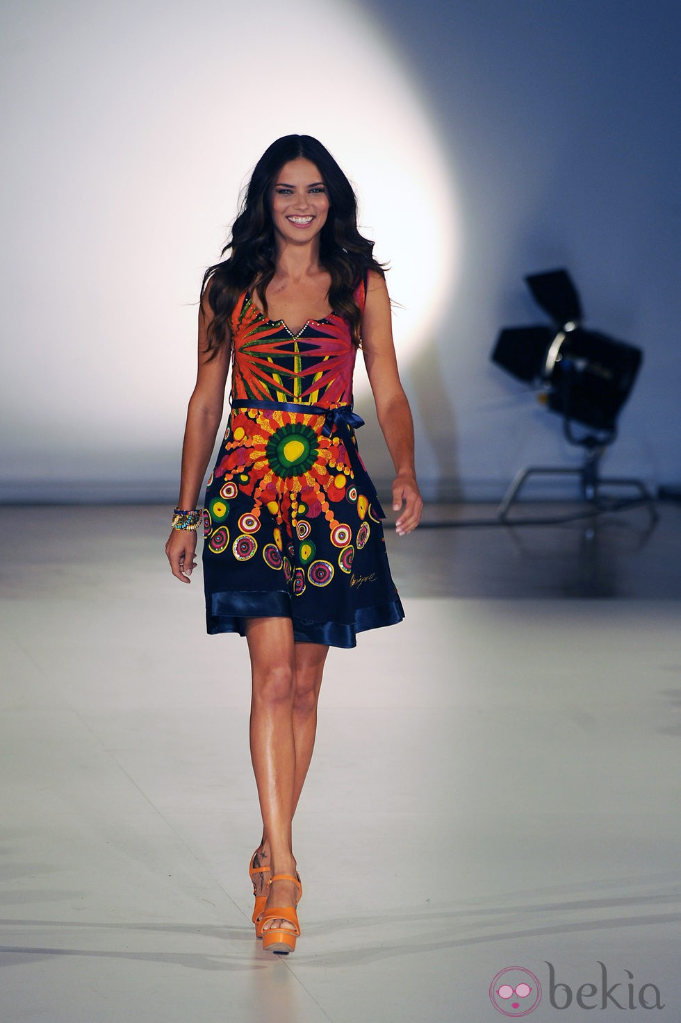 Adriana lima desfila para desigual primavera verano 2014 for Trabajos de verano barcelona