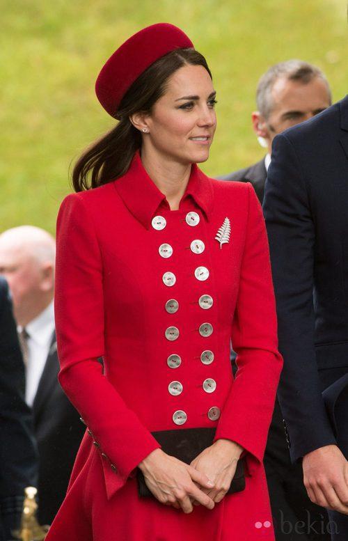 La Duquesa de Cambridge con un abrigo rojo pasión abotonado