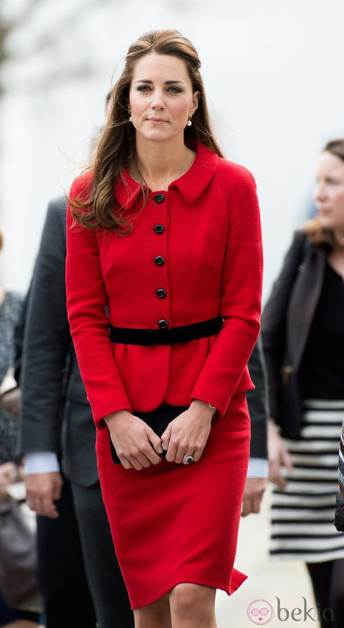 La Duquesa de Cambridge con traje de chaqueta y falda rojo intenso