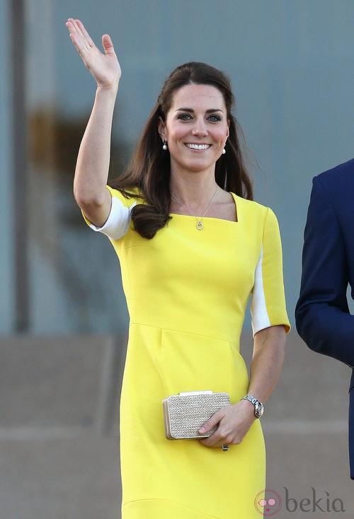 La Duquesa de Cambridge con un vestido amarillo limón y clutch joya