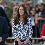 La Duquesa de Cambridge con un vestido cruzado con estampado geométrico