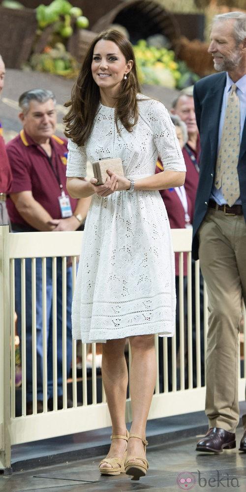 La Duquesa de Cambridge con un vestido blanco troquelado