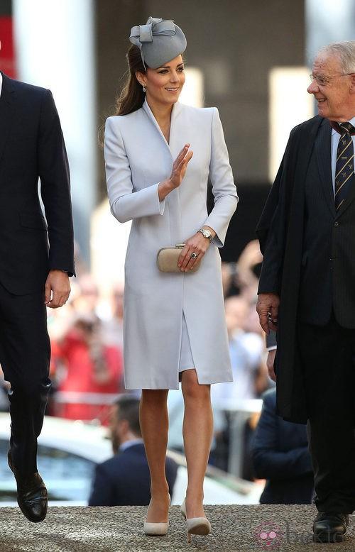La Duquesa de Cambridge con un elegante diseño en gris peral a juego con el tocado