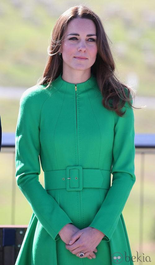 La Duquesa de Cambridge con un abrigo verde esmeralda ceñido a la cintura