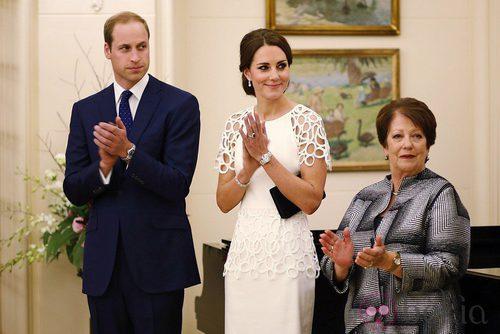 La Duquesa de Cambridge con un vestido de mangas perforadas en blanco roto
