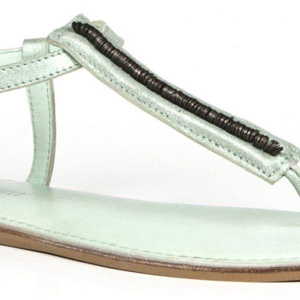 Sandalia de dedo con detalles metálicos de la colección