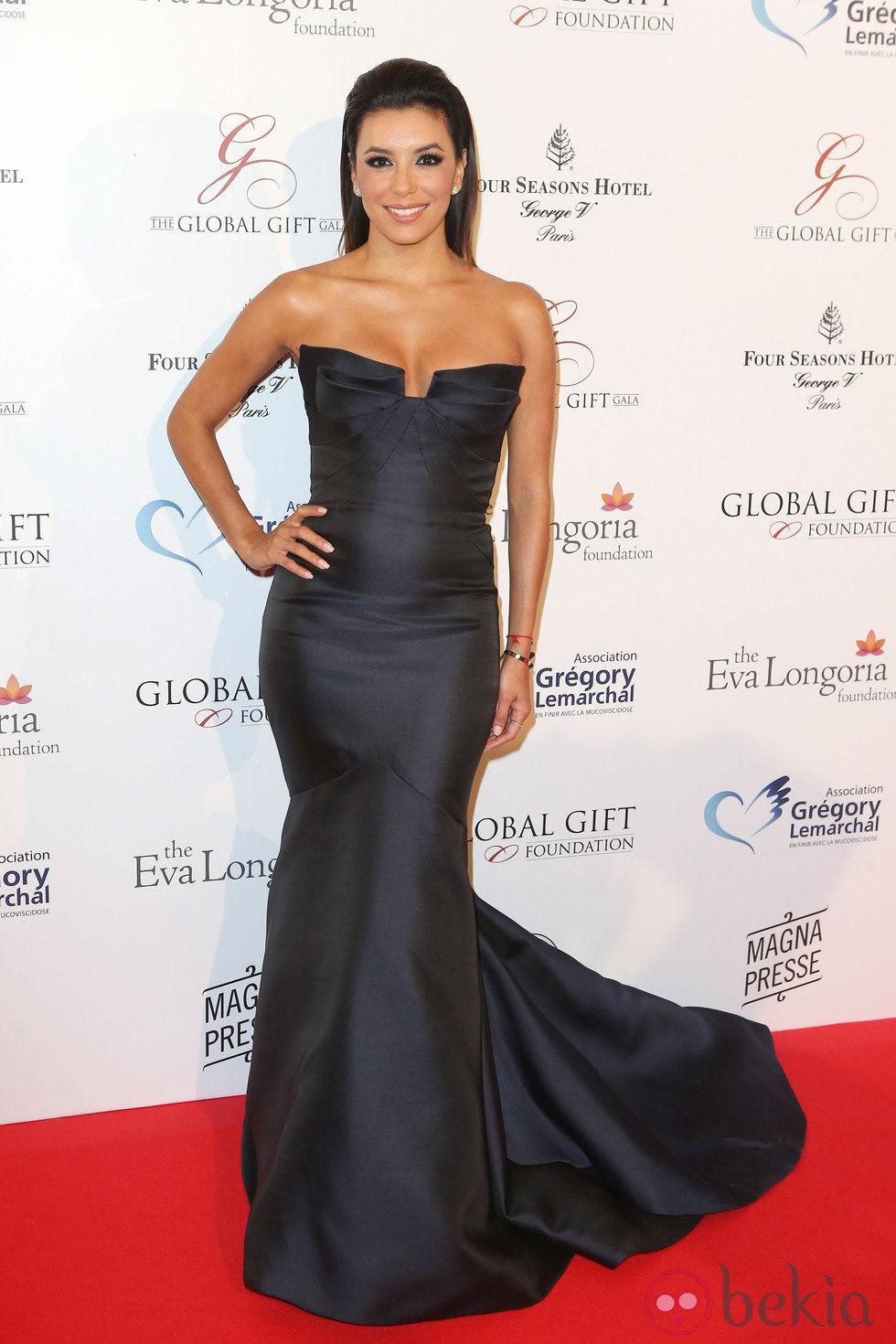 Eva Longoria con un Monique Lhuillier azul marino en la Global Gift Gala 2014 de París