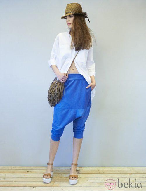 Pantalón 'baggy' en azul eléctrico de la colección primavera/verano 2014 de Eduardo Rivera