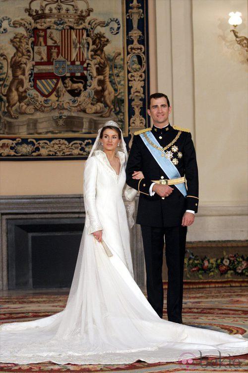 La Princesa Letizia con un diseño de Pertegaz junto al Príncipe Felipe en su boda