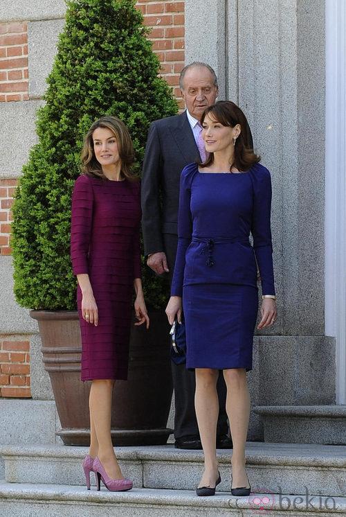La Princesa Letizia con Carla Bruni y el Rey Juan Carlos I en 2009