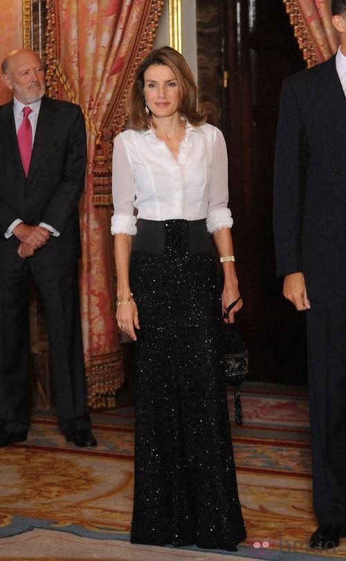 La Princesa Letizia con un conjunto de Felipe Varela en el recibimiento del presidente de Hungría