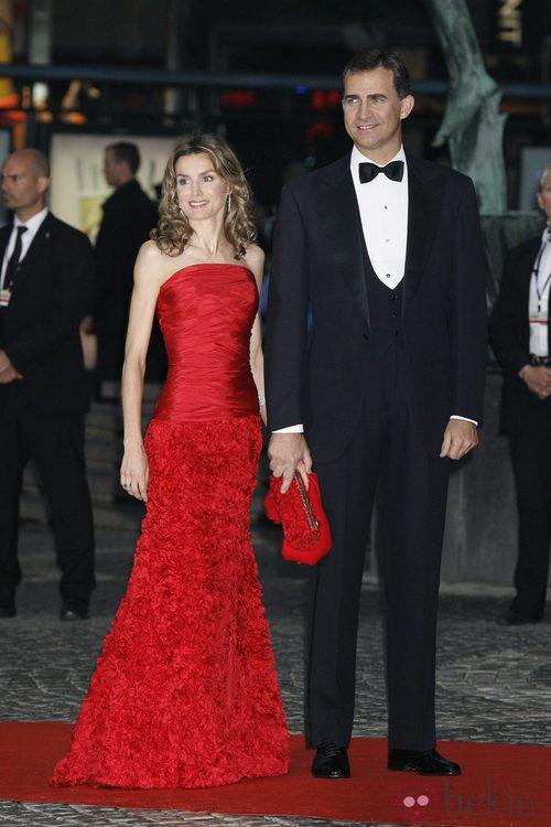 La Princesa Letizia con un vestido rojo de strapless junto al Príncipe Felipe