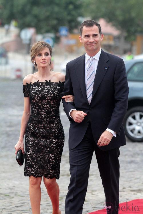 La Princesa Letizia con un vestido corto de encaje guipur del diseñador Felipe Varela