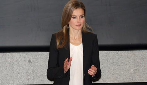 La Princesa Letizia con leggins negros, blusa blanca, blazer y salones rojos