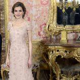 La Princesa Letizia con un vestido rosa empolvado con aplicaciones florales de tela