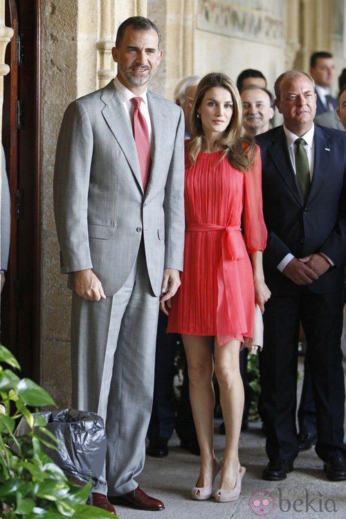 La Princesa Letizia con un vestido de gasa en color coral junto al Príncipe Felipe