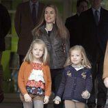Las Infantas Sofía y Leonor visitando a su abuelo