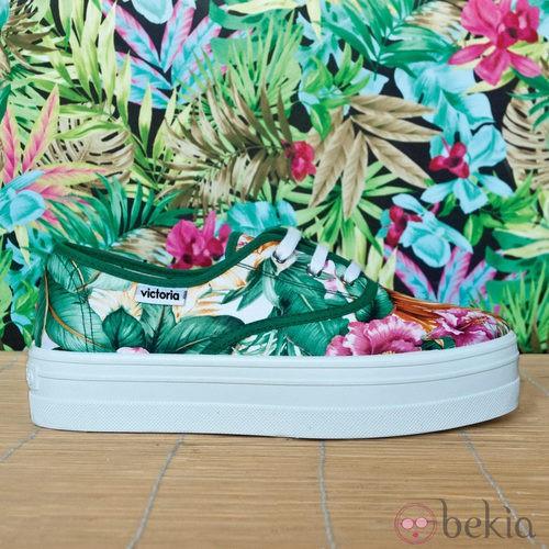 Zapatilla 'blucher' con estampado tropical de la colección para verano 2014 de Victoria