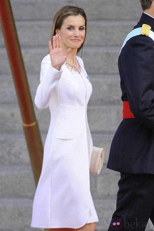 La Reina Letizia, de blanco durante el acto de proclamación de Felipe VI