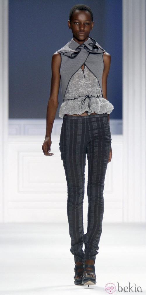 Pantalón gris de Vera Wang, colección primavera de 2012