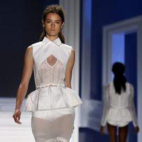 Diseño blanco con falda transparente de Vera Wang, colección primavera de 2012